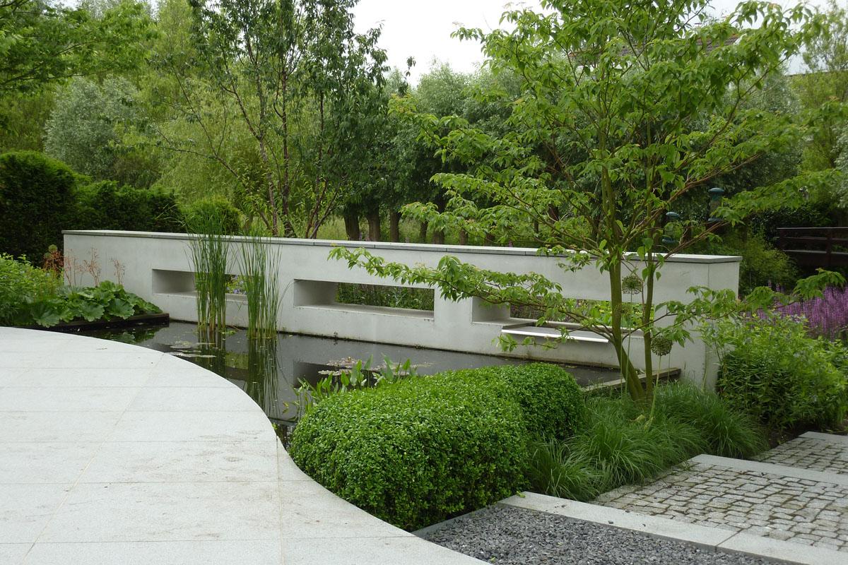 Tuin bij moderne villa munter tuinprojecten - Te dekken moderne tuin ...
